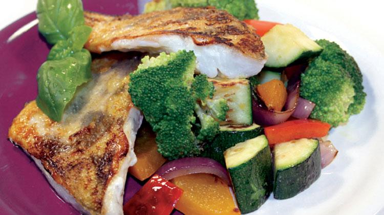 fischfilets gebraten mit brokkoli paprika gem se rezept fischgerichte von gesund aktiv. Black Bedroom Furniture Sets. Home Design Ideas